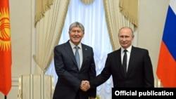 Президент Кыргызстана Алмазбек Атамбаев и президент России Владимир Путин во время встречи в Москве. 17 ноября 2017 года.