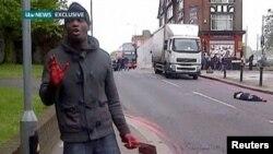 Человек с ножом для разделки мяса и окровавленными руками - на месте преступления в Лондоне. 22 мая 2013 г.