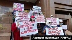 Группа матерей проводит акцию протеста перед входом в здание министерства труда и социальной защиты населения Казахстана. Нур-Султан, 8 июня 2020 года.