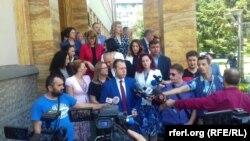 Генералниот секретар на ВМРО-ДПМНЕ Игор Јанушев и пратениците по напуштањето на седницата за ратификација на Договорот за името