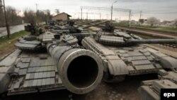Танки украинской армии на железнодорожной станции в селе Гвардейское в Крыму. 28 марта 2014 года.