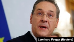 18 травня віце-канцлер Австрії Гайнц-Крістіан Штрахе оголосив про відставку після того, як медіа оприлюднили запис, на якому він обговорює фінансування з боку нібито російської підприємниці