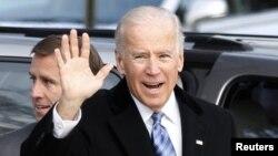 АҚШ вице-президенті Джозеф Байден (оң жақта), оның сырт жағында тұрған - Бо Байден. Делавэр штаты, АҚШ, 6 қараша 2012 жыл.