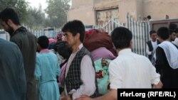 """Люди, находившиеся в заложниках у боевиков движения """"Талибан"""" и освобожденные после переговоров. Сари-Пуль, 9 августа 2017 года."""
