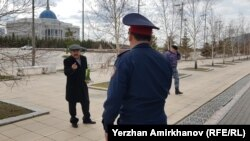 Куат Шарипханов, грозящий самосожжением, у здания Акорды. Нур-Султан, 23 апреля 2019 года.