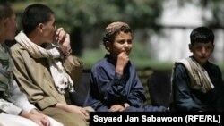 افغانستان: د کابل په ولسمشریزه ماڼۍ کې د یوې دستورې پر مهال چې ولسمشر حامد کرزي په کې ګډون وکړ، څه نا څه ۲۰ تنه ناکامه ځانمرګي بریدګر چې ډېر تنکي عمرونه یې ول وبخښل شول.