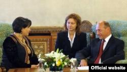 Rumyniýanyň prezidenti Traýan Basesku türkmen parlamentiniň ýolbaşçysy Akja Nurberdiýewany kabul etdi, 16-njy sentýabr, 2009 ý.