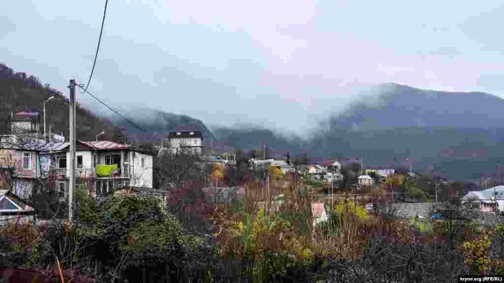 Туман с горных вершин спускается на частный сектор Малого Маяка