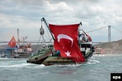 Флаг Турции на рыбацкой лодке в Босфорском проливе. 20 июля 2016 года.