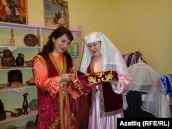 Рәсилә Гатауллина яңа костюмны карый
