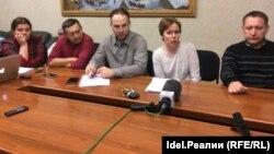 Член Союза пострадавших вкладчиков Татфондбанка и Интехбанка Руслан Титов (по центру)