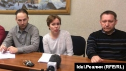 Пресс-конференция Союза пострадавших клиентов Татфондбанка и Интехбанка 23 марта 2017 года. Руслан Титов (слева), Александра Юманова и Тимур Джабаров.