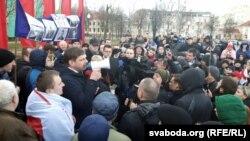 Эдвард Дмухоўскі падчас выступу на плошчы Леніна 15 сакавіка 2017 году
