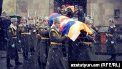 Մի-24-ի անձնակազմի անդամների աճյունները դուրս են բերվում Նոր Նորքի Սուրբ Սարգիս եկեղեցուց, Երևան, 25-ը նոյեմբերի, 2014թ․