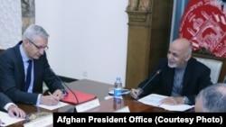 محمد اشرف غنی رئیس جمهوری افغانستان حین ملاقات با مارکس پوتزل نماینده خاص آلمان برای افغانستان و پاکستان در کابل