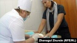 Ребенку в медицинском центре делают прививку от полиомиелита.