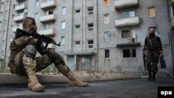 Донецк облысының Авдеевка қаласында блокпостты күзетіп тұрған украиналық сарбаз. 8 қыркүйек 2014 жыл.