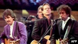 George Harrison, Johnny Cash, Roger McGuinn, Bob Dylan, New York, 1992.