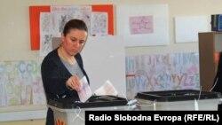 Архивска фотографија- Граѓани гласаат на локалните избори на гласачко место во Скопје.