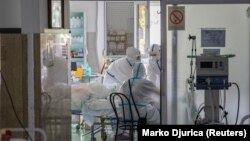 Медицина қызметкерлері коронавирус жұққан науқасты емдеп жатыр. Шілде айы, 2020 жыл.