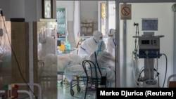 Коронавирус жұққан науқастарды емдеп жатқан медицина қызметкерлері.