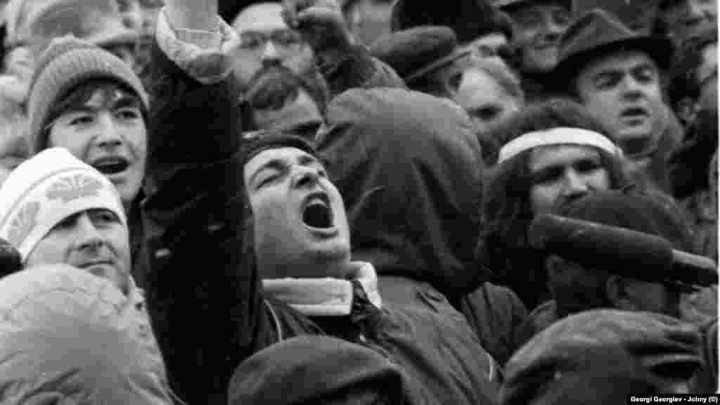 Тази снимка е от декември 1989. Падането на Тодор Живков от власт не води незабавно до някакво бурно обществено вълнение - по улиците не се събират хора, не се издигат лозунги. В първата седмица ври и кипи предимно в университетите и в институтите на БАН, където се основават сдружения или се възстановяват затворени половин век по-рано партии.