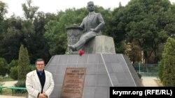 Тимур Пулатов у памятника Бекиру Чобан-заде в Белогорске