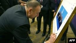 Prezident İlham Əliyev G20 sammiti liderlərinin kollektiv fotosuna imza atır.