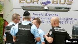 Французька поліція біля автобуса з російськими вболівальниками поблизу Канн, 14 червня 2016 року