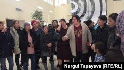 Пришедшие на собрание в акимат Наурызбайского района женщины. Алматы, 4 марта 2019 года.