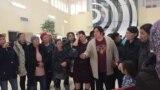 Алматыдағы Наурызбай ауданы әкімдігі алдына келген аналар. 4 наурыз 2019 жыл.