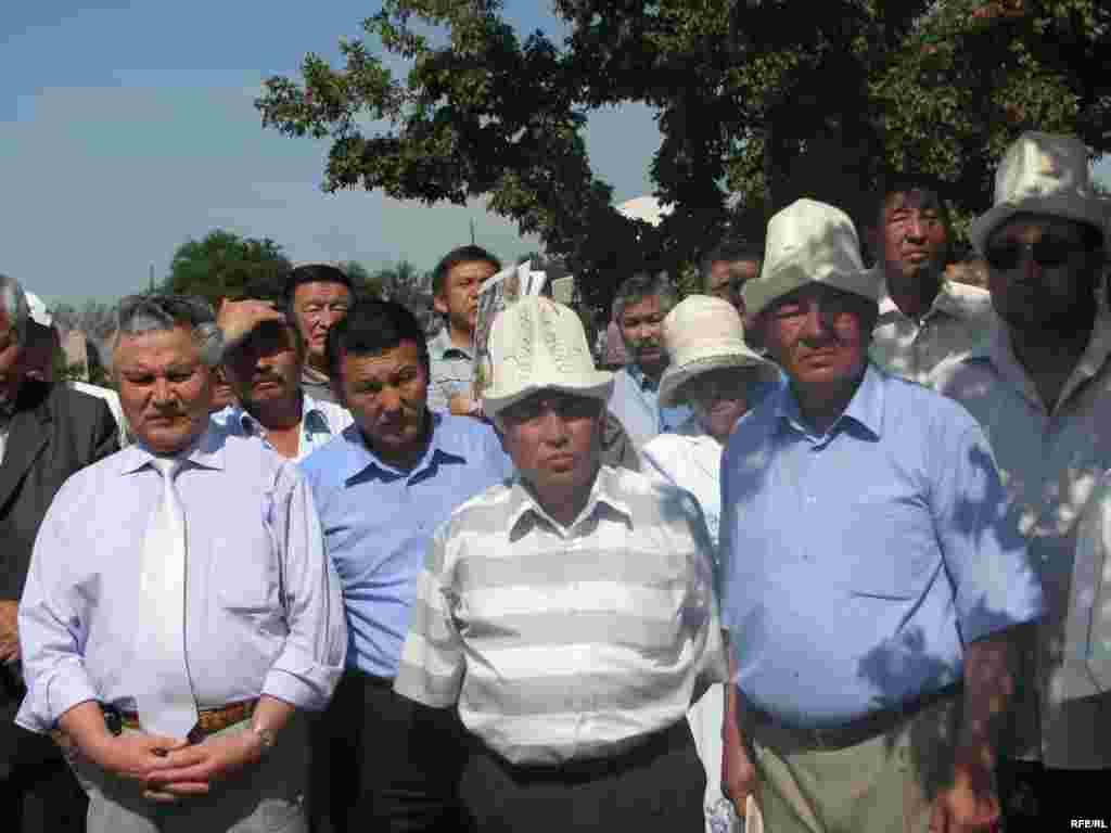 Д. Садырбаевдин эстелигин ачууга анын жакын туугандары, жердештери, оппозициялык кыймылдын активисттери катышты. - Kyrgyzstan - Memorial Meeting of Dooronbek Sadyrbaev, The Late Former MP, Filam Director.30May2009