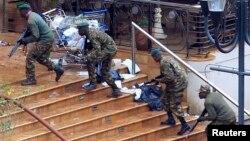 Кения арнайы жасағы «Әл-Шабаб» қарулы тобы басып алған сауда орталығына кіріп барады. Найроби, 24 қыркүйек 2013 жыл. (Көрнекі сурет)