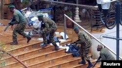 Forcat e sigurisë në Kenia i marrin pozicionet gjatë operacionit kundër militantëve të grupit Al-Shabab në qendrën tregtare Westgate vitin e kaluar