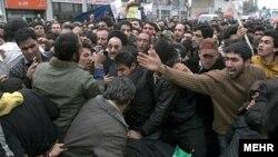 بنیاد باران می گوید که طرفداران احمدی نژاد روز سه شنبه تلاش کردند تا به محمد خاتمی حمله کنند.