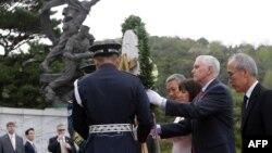 Вице-президент США Майк Пенс с супругой Карен возлагают венок на национальном кладбище в Сеуле, 16 апреля 2017 года
