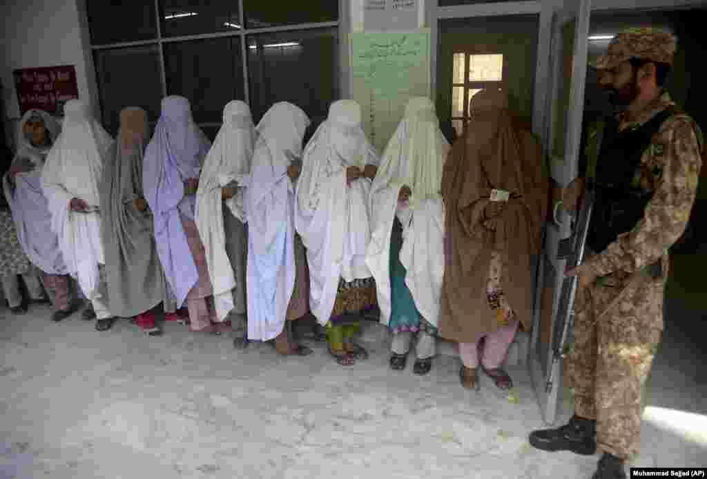 ПАКИСТАН - Пакистанки чекаат во редица за да гласаат за нов пратеник од градот Пешвар. Вонредните избори за пополнување на испразнетото место во пакистанскиот Парламент беа спроведени по смртта на пратеникот Гулзар Кан.