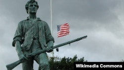 Памятник минитмену - солдату народного ополчения североамериканских колонистов