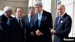 لوران فابیوس، وزیر خارجه فرانسه، (راست) در کنار همتای آمریکایی خود، جان کری