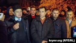 Еміль Курбедінов з адвокатами і захисниками після засідання суду, 6 грудня 2018 року