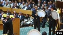 علیرضا عصار، خواننده موسیقی پاپ، در حال اجرای برنامه در همایش ایرانیان خارج از کشور که روزهای ۱۱ و ۱۲ مردادماه در تهران برگزار شد.