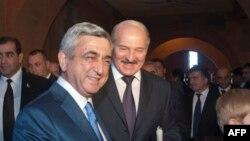 Армения -- Президент Армении Серж Саргсян (слева) и президент Беларуси Александр Лукашенко (архив)
