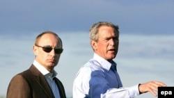 Владимир Путин ва Ҷорҷ Даблю Буш дар Кеннебанкпорт, тобистони соли 2007