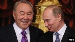 Нұрсұлтан Назарбаев (сол жақта) пен Владимир Путин Жоғары Еуразия экономикалық кеңесінің жиынында. Мәскеу, 24 желтоқсан 2013 жыл.