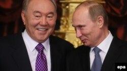 Nursultan Nazarbayev (solda) və Vladimir Putin