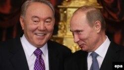 Президент Казахстана Нурсултан Назарбаев (слева) и президент России Владимир Путин на заседании Евразийского экономического совета. Москва, 24 декабря 2013 года.