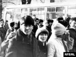 Молодые люди идут на центральную площадь. Алматы, декабрь 1986 года.