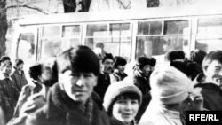 Молодые люди идут на центральную площадь, где проходят Декабрьские волнения. Алматы, декабрь 1986 года. (Фото из государственного архива Алматы).