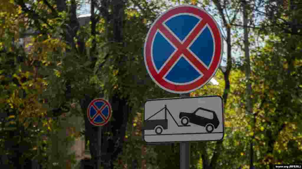 На багатьох вулицях через кожні кілька метрів встановлені знаки, що забороняють зупинку