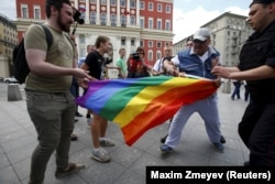 LGBT activists are accosted by antigay protesters in central Moscow. (file phto)